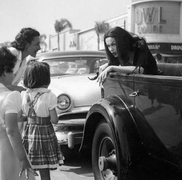 women of the eye vampira talks to kids