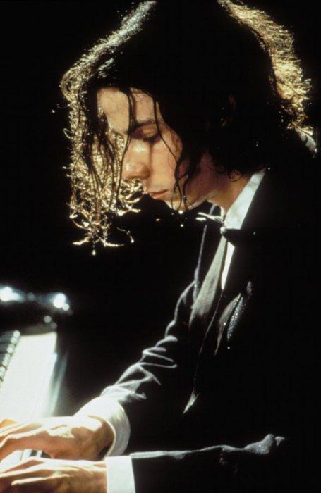 noah cross as david helfgott in SHINE (1996) plays rachmaninoff