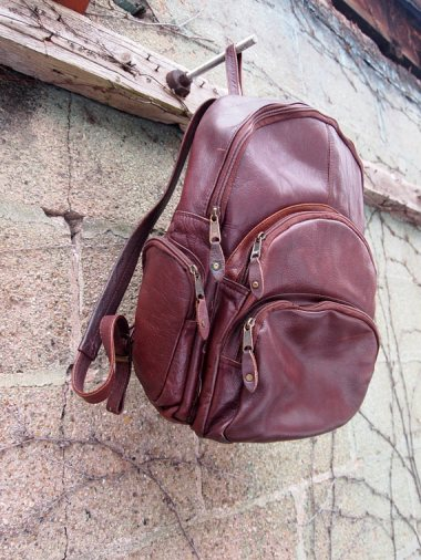 the eye of faith vintage blog shop- style inspiration- vintage brown leather back pack- self-conscious guy